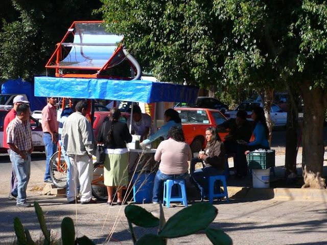 Vendedor de tacos utiliza energia solar no carrinho de rua