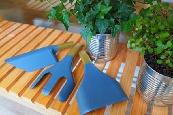 Recycling plastic bottles Make your garden tools