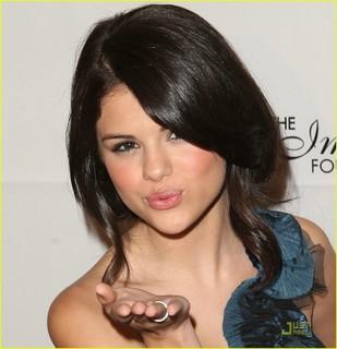Selena Gómez mandando beso