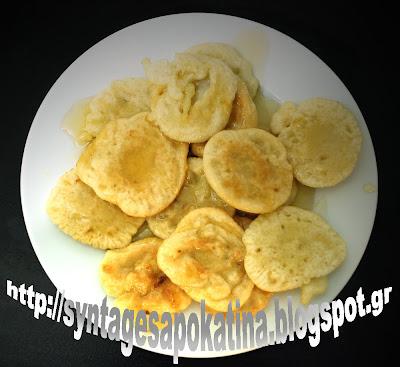 τραγανές, λαχταριστές, παραδοσιακές τηγανίτες με μέλι http://syntagesapokatina.blogspot.gr