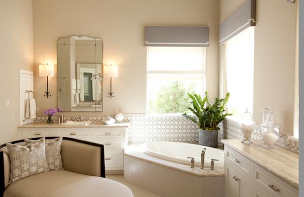 Baños Beige Con Blanco:Baño estilo clásico donde amplias ventanas iluminan la estancia