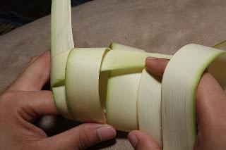 Cara menganyam ketupat bawang