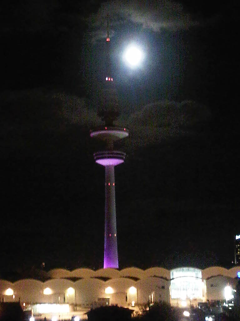 Fernsehturm und Messehallen mit Mond