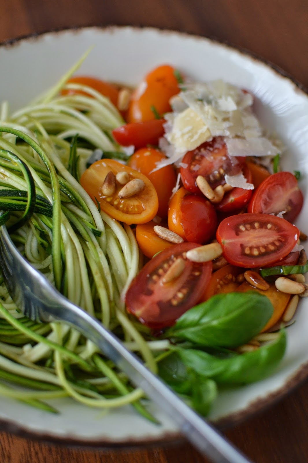 Simple comme des spaghetti de courgettes aux tomates cerises - Salade de tomates simple ...