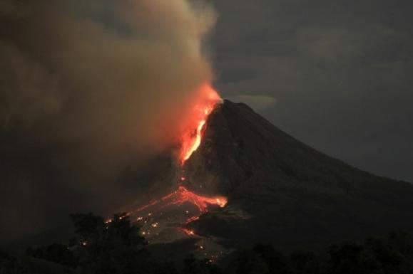 Erupsi Gunung Sinabung mengeluarkan lahar dan awan panas
