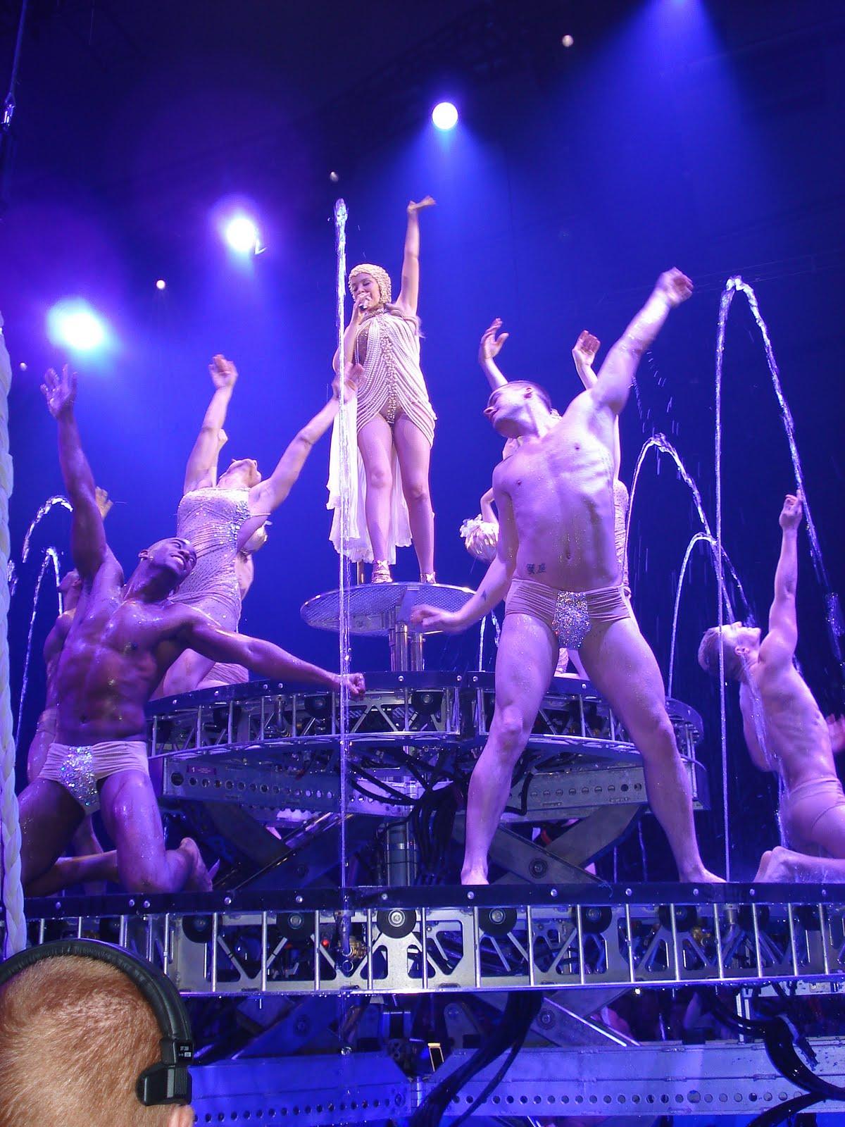 http://1.bp.blogspot.com/-xWhqWUWfIzo/TafzouQprhI/AAAAAAAAAJY/_CKALvrXeA8/s1600/Kylie-Aphrodite6.JPG