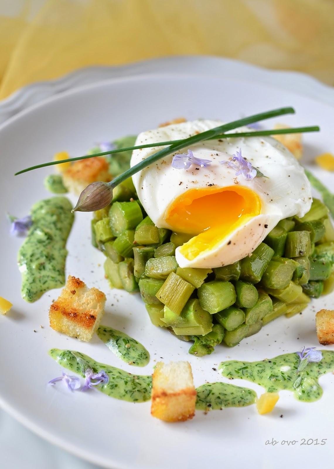 Tartare-di-asparagi-con-uovo-in-camicia-salsa-al-crescione-pane-croccante