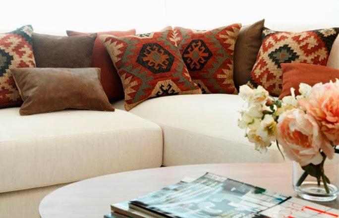 Mi rinc n de sue os siete opciones para cojines para el sof for Sofas marrones decoracion