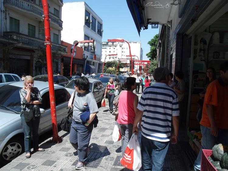 Pessoas andando na calçada