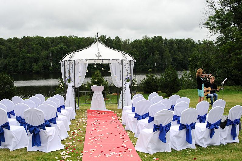 graži vestuvių išvažiuojamoji ceremonija lauke