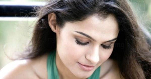 actress andrea jeremiah hot cleavage photos actress