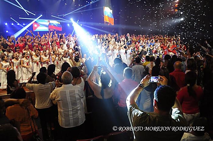 """Cierre del concierto """"Vamos juntos a construir la paz"""", efectuado en el teatro Karl Marx, en La Habana, Cuba, el 26 de abril de 2014."""