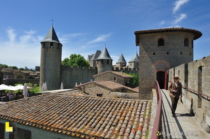 Le château comtal de Carcassonne vu des remparts avec une tour romaine et Valérie Blachier photo pascal blachier