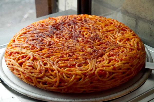 frittata di maccheroni! antica pizzeria donna regina a napoli.