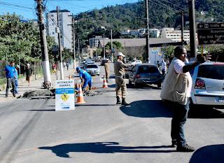 Obra da Cedae deixa trânsito mais lento na Rua Tenente Luiz Meirelles