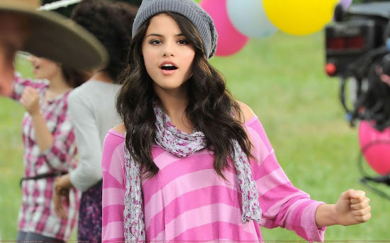 selena_gomez_in_pink_Fun_Hungama