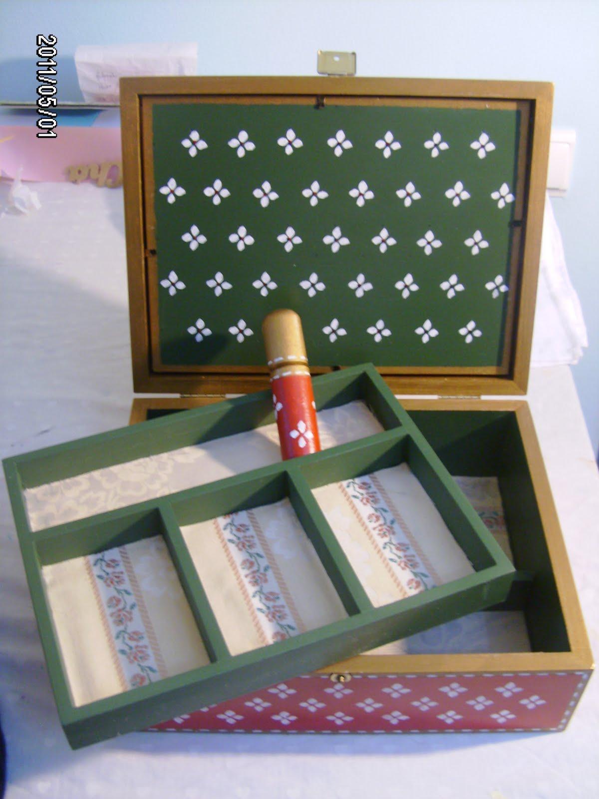 caixa de costura vermelha verde e dourada com flor branca fundos  #6D4230 1200x1600