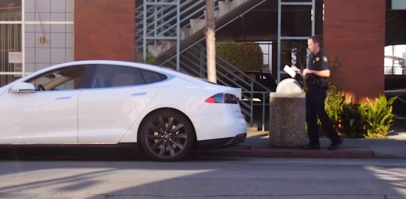 テスラのクルマは駐車違反を回避する機能付き?