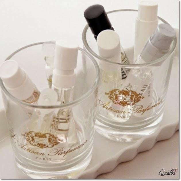 Vasos de velas con viales de perfume