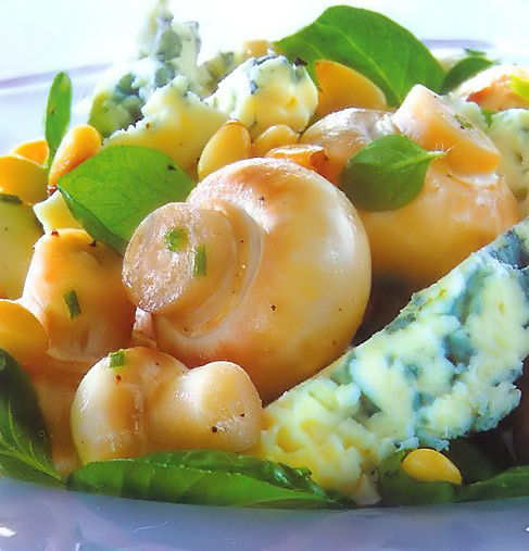 Салат со свежими шампиньонами, шпинатом и сыром Рокфор