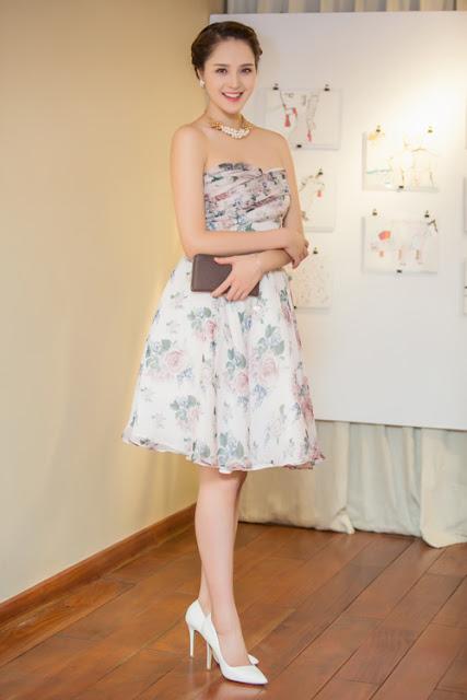 Á hậu Việt Nam 2012 mặc váy hoa cúp ngực khoe vai trần gợi cảm. Trang phục của Hoàng Anh do Hoa hậu Ngọc Hân thiết kế. Ngoài đời, họ có mối quan hệ thân thiết.