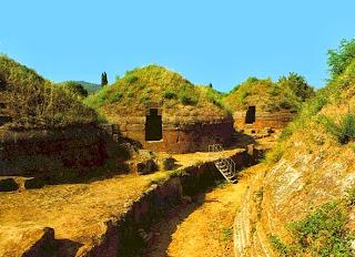 купольные приемники на монолитном основании, расположены в древнем городе этрусков Черветери