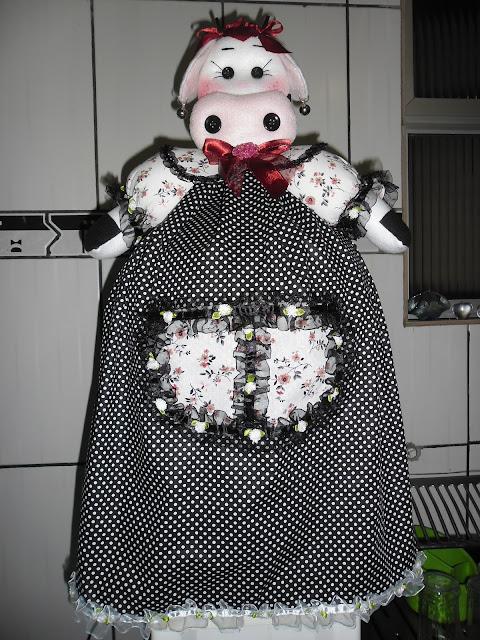 Graciosa vaquinha em tecido,plumante,enchimento,vestido em tecido estampado,fitas,botões decorativos,suporte de cobre-bolo de plástico.