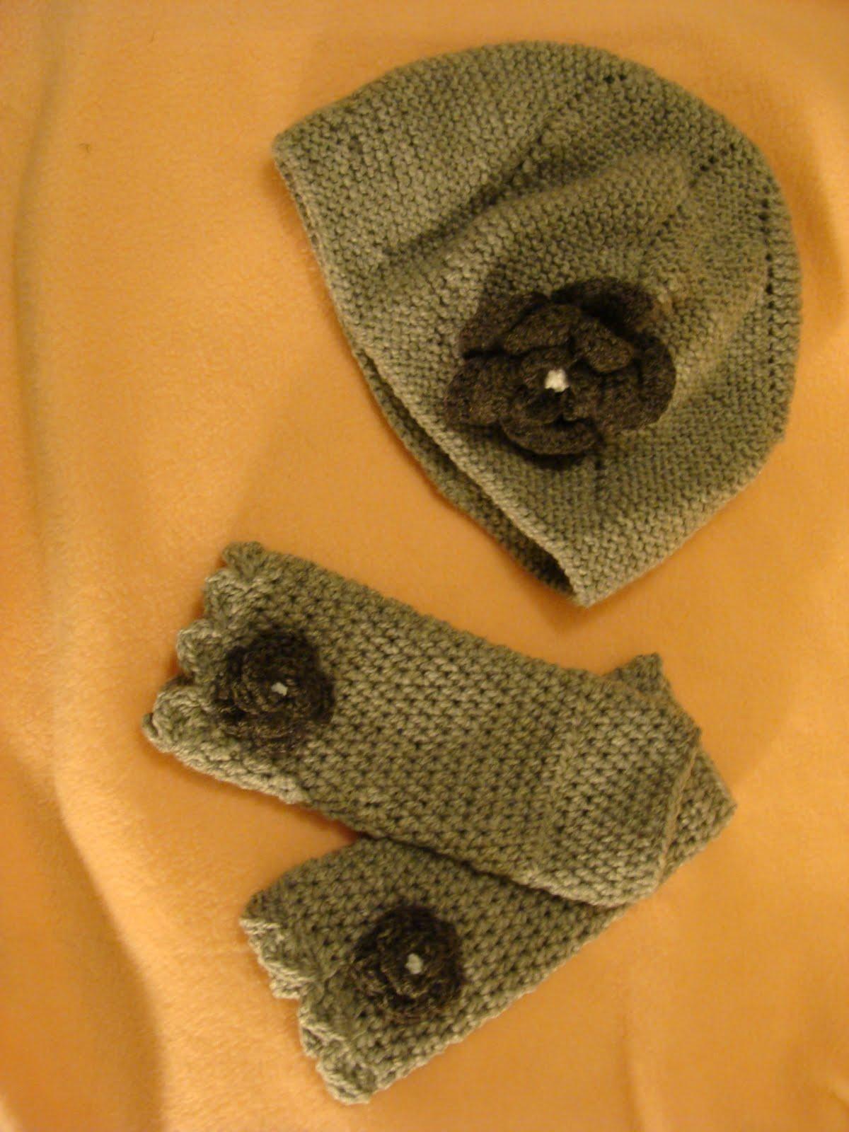Gorro gris de lana tejido a palillos con flor tejida a crochet