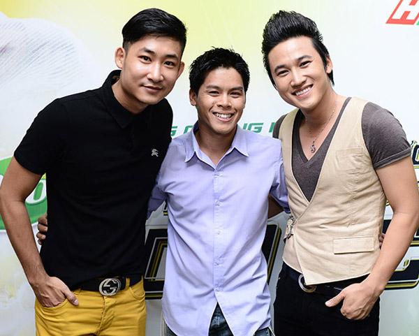Diễn viên Trọng Nhân (trái), biên đạo múa John Huy Trần và diễn viên Hà Trí Quang (phải) rất vui vẻ khi hội ngộ.