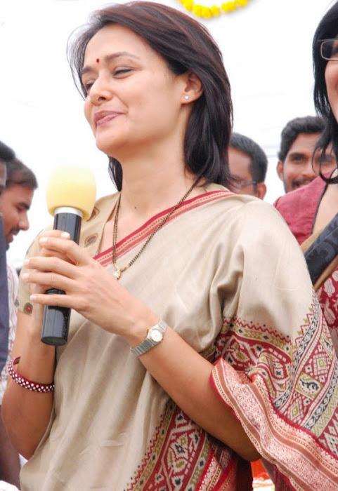 old amala nagarjuna saree actress pics