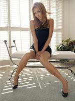 celeb jessica alba shows legs