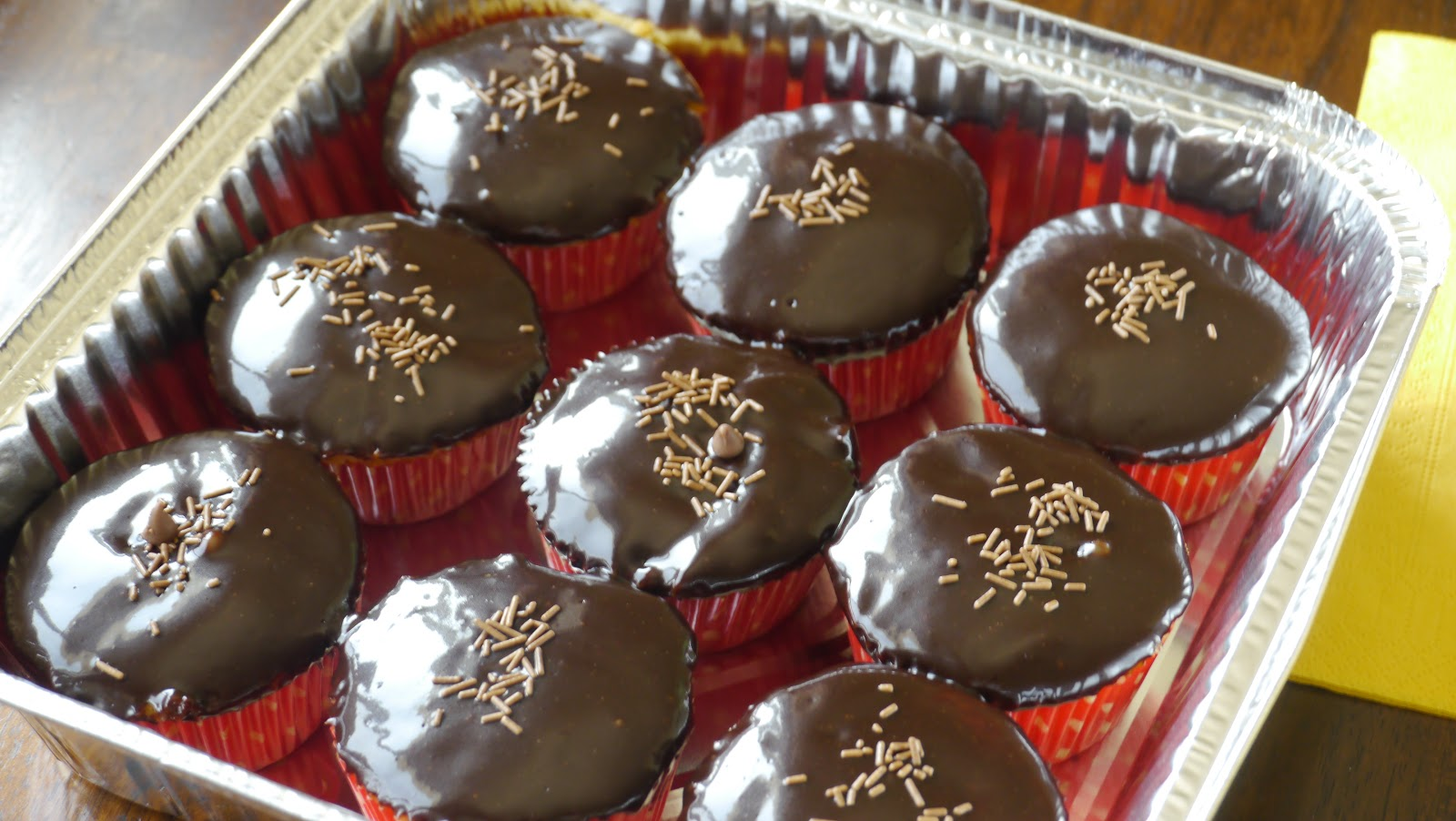 My little cake factory: Vanilla cupcakes with chocolate frosting
