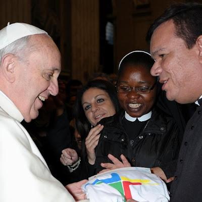 Assessor da Comissão para a Juventude entrega kit da JMJ ao Papa Francisco .