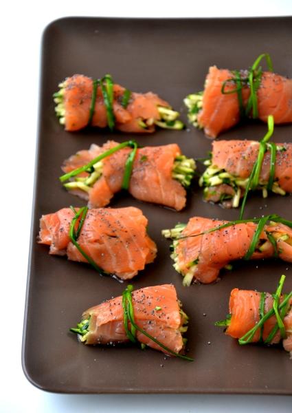 involtini con salmone fresco e filetti di zucchine, semi di papavero