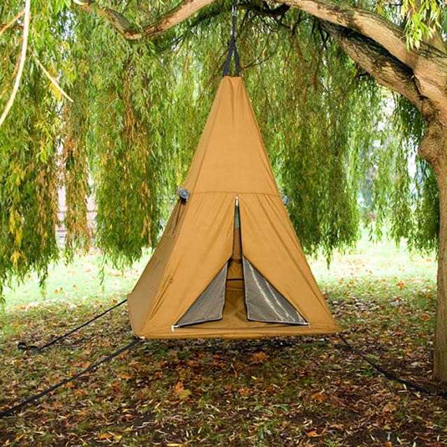 походная палатка на дереве