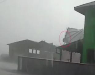Aposentado é levado pelo vento junto com o telhado de um galpão