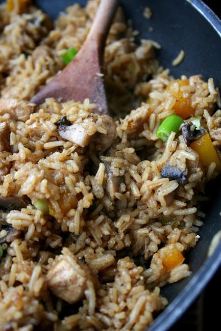Smażony kurczak z ryżem po chińsku