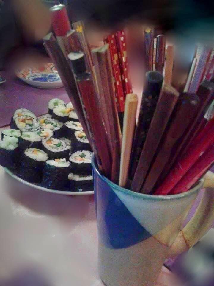 piatto di maki sushi e bacchette