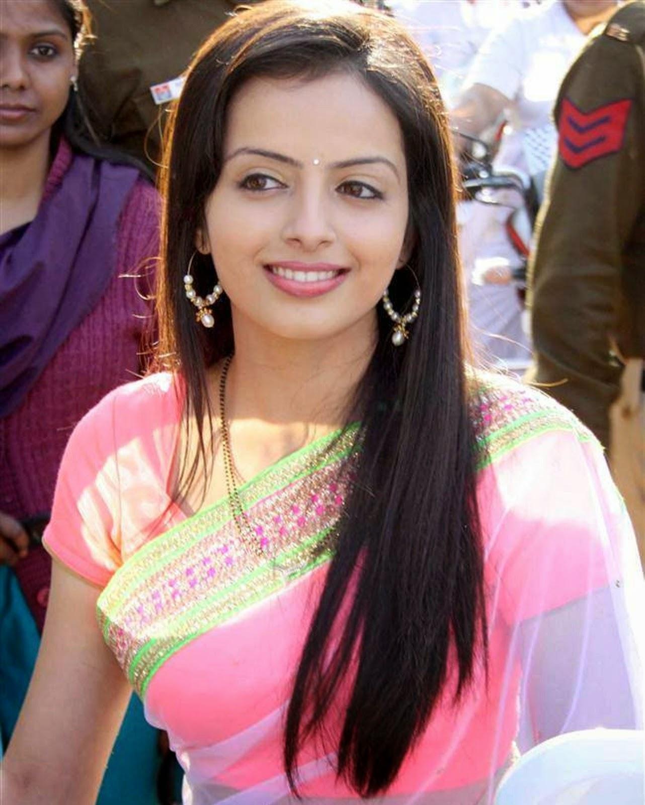 Shrenu Parekh hot sexy transparent saree blouse show Iss Pyaar Ko Kya ...