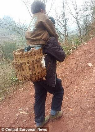 Dukung Anak 30km Ke Sekolah Setiap Hari