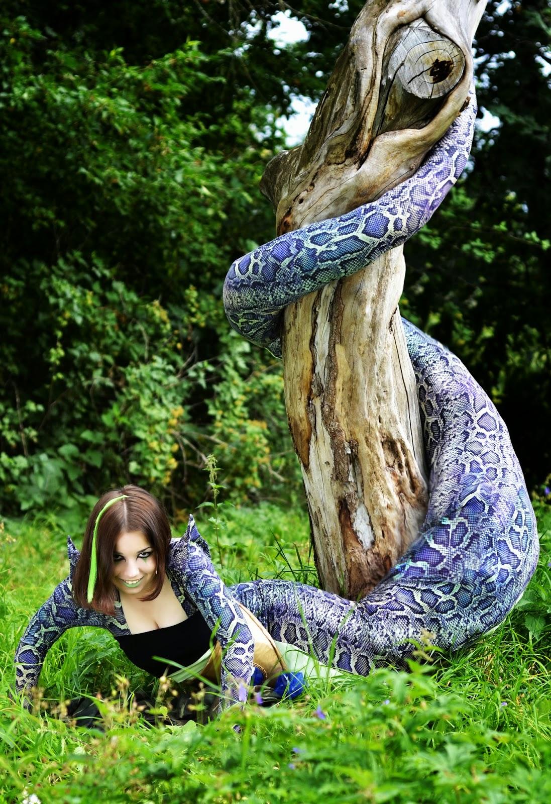 superbe cosplay d'une femme serpent