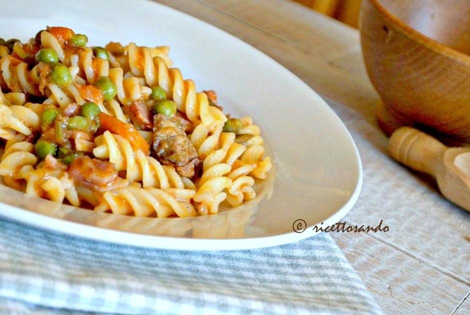 Pasta con ragù bianco di prosciutto e piselli ricetta semplice