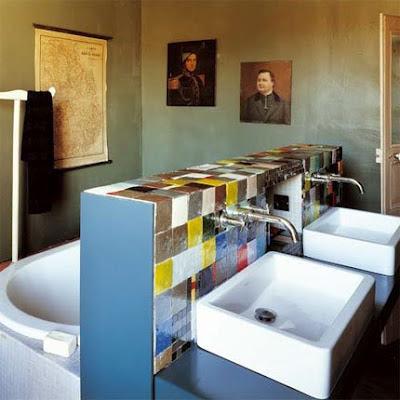 Cuarto de baño con una pared central