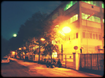 Fotografia di una zona industriale di notte, scattata con Samsung Nexus S e lavorata con Little Photo