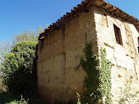 Façana de ponent de Serra d'oro, amb els murs de tàpia