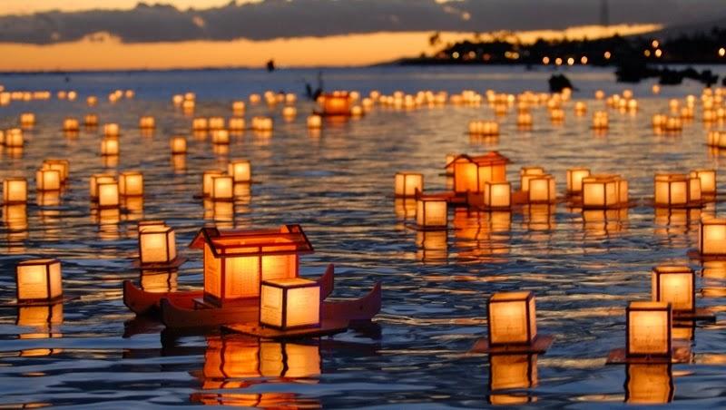 farolillos chinos en mar