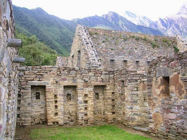 Pasea entre las ruinas de Choquequirao en Perú
