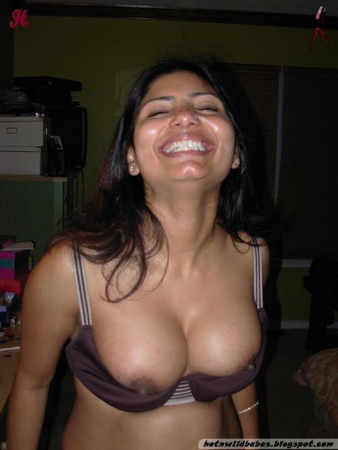 Classy bhabhi showing her shapely boobs n pussy indianudesi.com