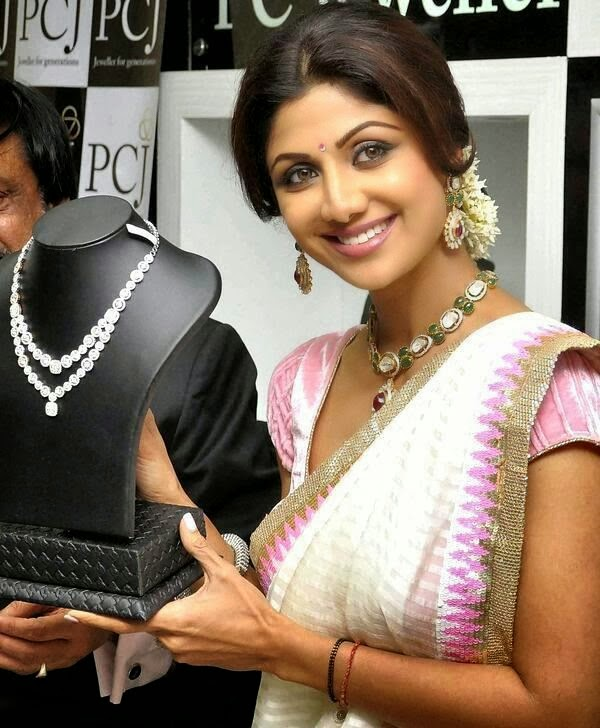 Shilp Shetty  Launch Gold Jewellery Showroom in Mumbai