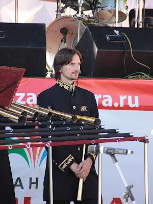 Музыкант Российского рогового оркестра в концертном костюме